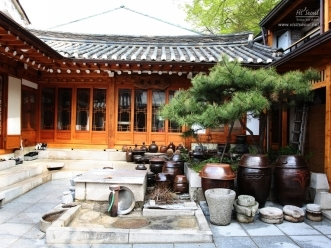 장독대와 맷돌이 어우러진 궁중음식연구원의 앞마당 전경