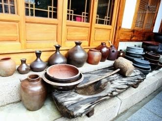 각종 옹기와 떡메, 돌솥 등의 우리 전통 조리 기구