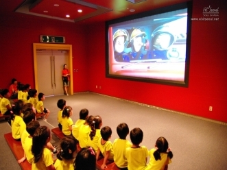 서울시민 광나루안전체험관 영상관에서 영상을 시청하는 어린이들의 모습