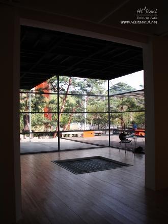 문밖으로 보이는 토탈미술관 외부 모습