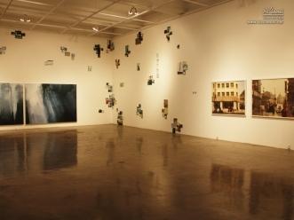 벽면을 모자이크처럼 활용한 전시 풍경