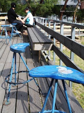 야외 휴게 공간에 놓인 파란색의 낡은 의자