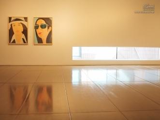 벽에 걸린 여자 그림 2점