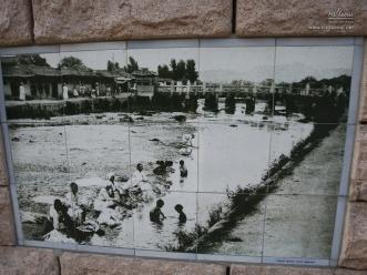 옛 사진이 담긴 타일 벽화