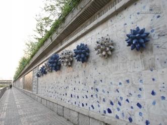 오간수교 아래 쪽에 있는 5명의 도자 작가가 참여해 만든 문화의 벽
