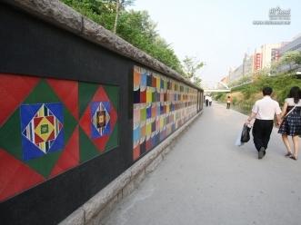 디자이너 이규환씨가 작업한 타일 벽화 색동벽의 모습