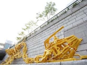 노란색 설치 미술품