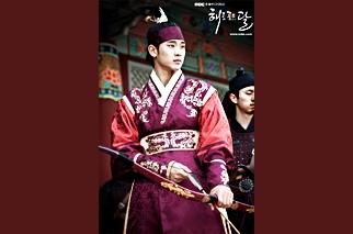 해를 품은달의 포스터 김수현의 모습
