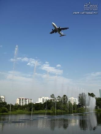 항공기 소음을 감지(81db이상)하여 자동으로 물을 뿜는 '소리분수'