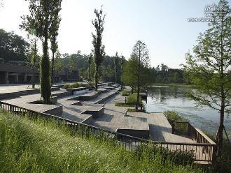 호수 한쪽에 있는 문화데크광장