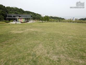 넓은 잔디밭 '청운답원'