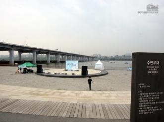 달빛광장의 원형 수변 무대