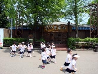 통나무 무대 앞 어린이들