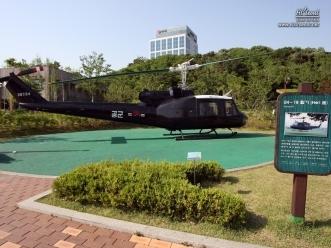 공원 내 에어파크에 있는 UH-18 헬리콥터 모형
