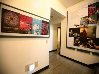 로비 벽을 채운 각종 공연 포스터