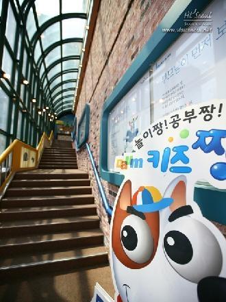 강아지 캐릭터와 계단
