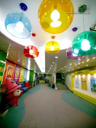 천장에 달린 아이들이 좋아하는 형형색색의 조명기구