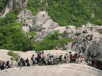 북한산 백운대를 오르는 시민들