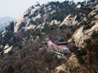 산을 이루는 기암들과 그 아래 사찰