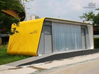 노란색 공중 화장실 모습
