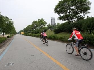 자전거 도로 위 자전거 타는 시민들