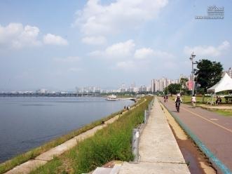 자전거 도로를 따라 이어지는 한강의 물길