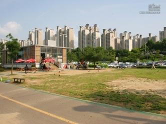 한강 자전거 도로 주변 휴게 시설의 모습