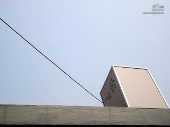 건물 위 꼭대기에 설치한 조형물