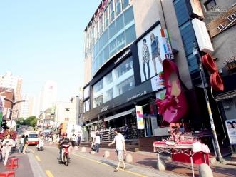 분홍색 큰 구두 조형물이 인상적인 메르체빌딩 외관