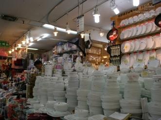 숭례문 수입상가에서 주방 식기세트를 파는 상가 모습