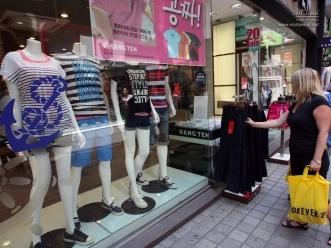 외국인 관광객이 쇼핑을 즐기고 있는 모습