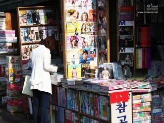 책을 유심히 보고 있는 시민